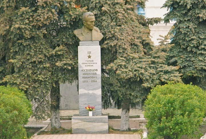 Мемориальная доска разведчику Николаю Кузнецову в Тюмени