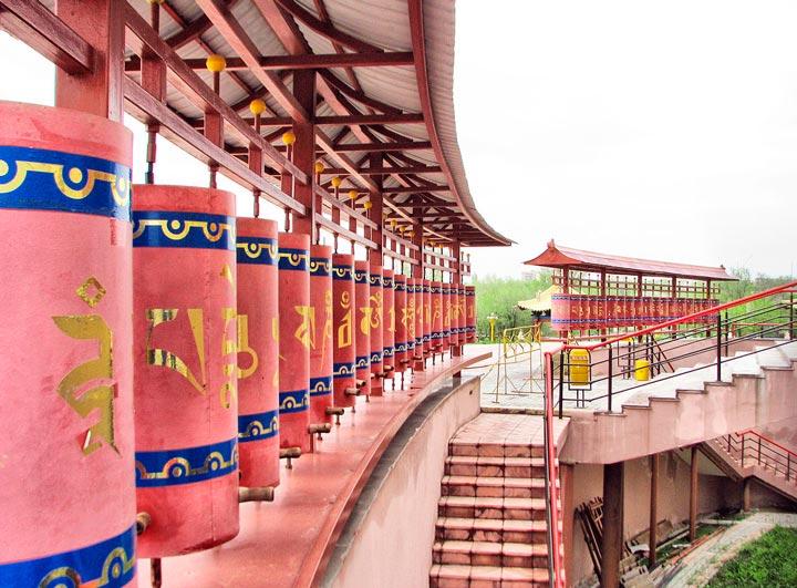 Барабаны с молитвами под стенами храма