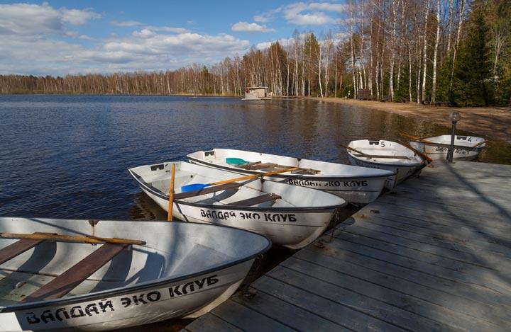 Катание на лодках на озере Валдай