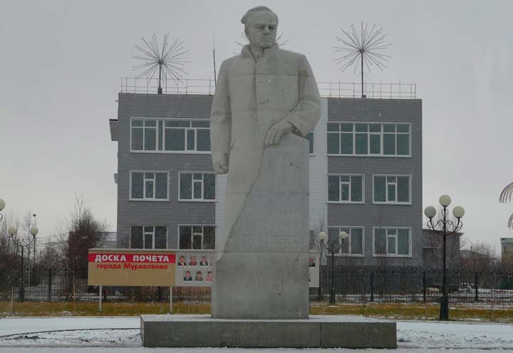 Бронзовый памятник В.И. Муравленко в Тюмени