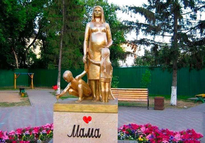 Памятник маме в Тюмени