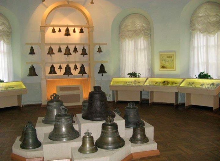 Экспонаты в музее колоколов на Валдае