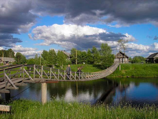 Деревянный висячий мост находится на пути из Олонца в Петрозаводск