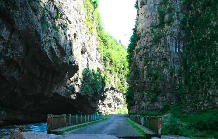 Дорога на Рицу проходит по Юпшарскому каньону
