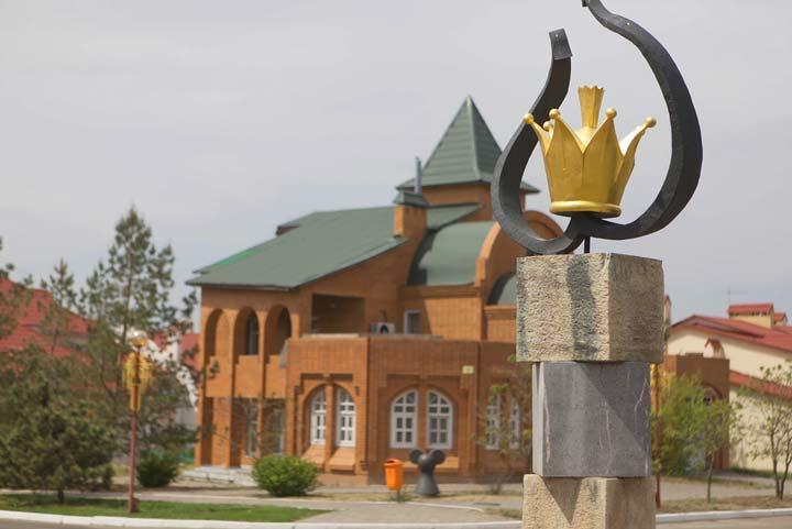 Скульптура «Благопожелание» в виде золотой короны
