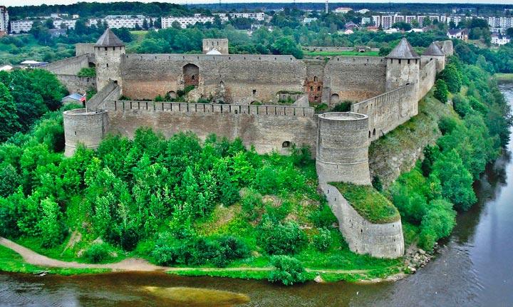 Вид на крепость в Ивангороде