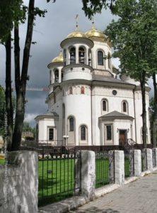 Храм был построен в 16 веке. Это была деревянная церквушка. В 1792 году дерево заменили на камень. Чуть позже в Воскресенском храме построили колокольню