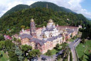 Вид сверху на Новый Афон в Абхазии