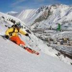 В горах Хибины лыжник