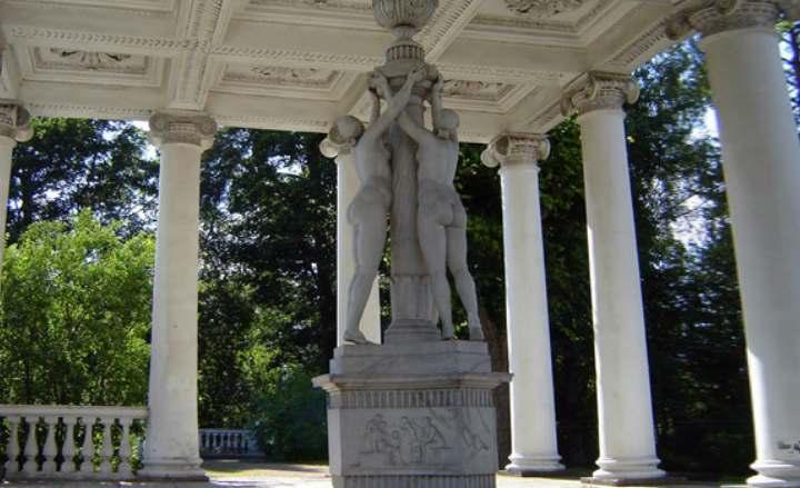 Скульптуры в городе Павловске