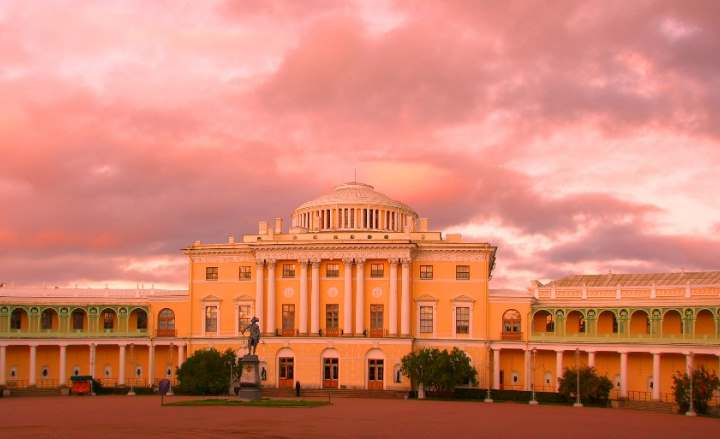 Дворец на закате в городе Павловске