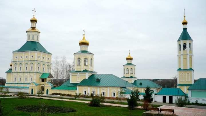 Монастырь в городе Луга