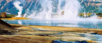 Солнечный вид на сопки и гейзеры