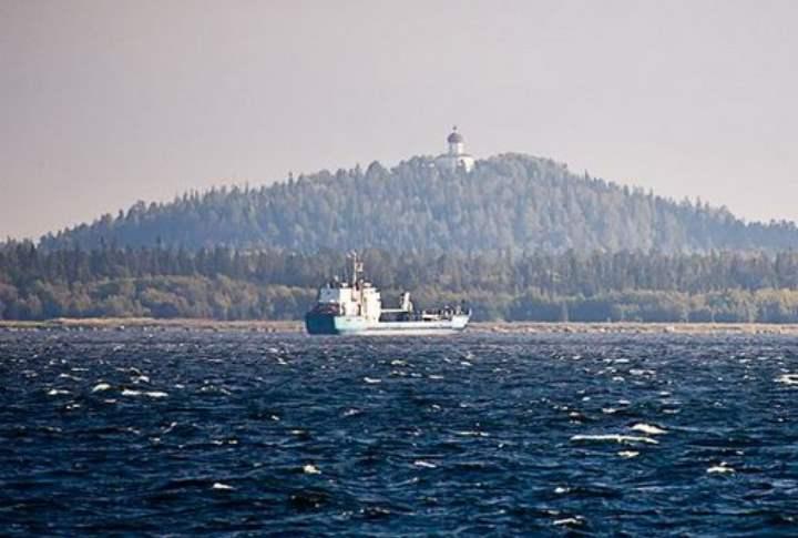 Корабль в бухте Соловков