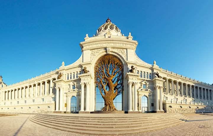 Дерево в воротах