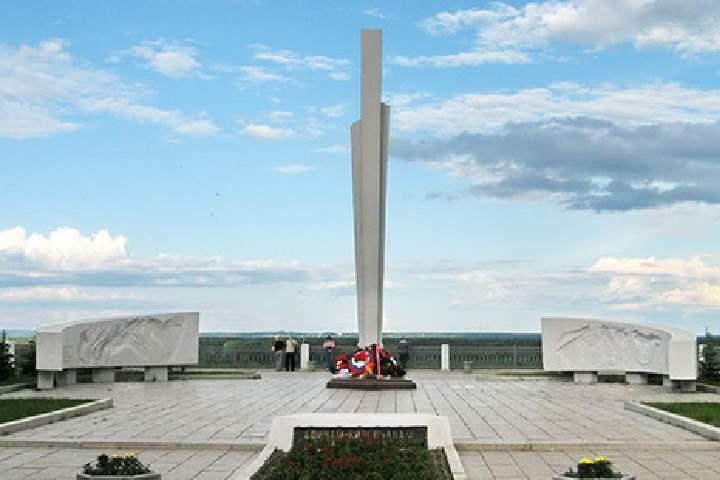 Мемориал располагается на набережной города