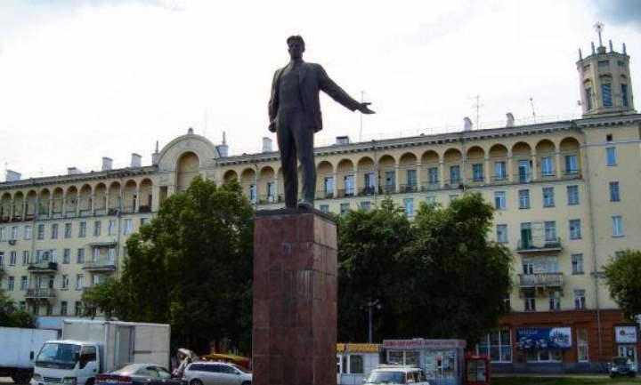 Памятник Маяковскому в городе Новокузнецке появился не просто так. Именно Владимир Маяковский прославил Новокузнецк в своих стихах как «город – сад».