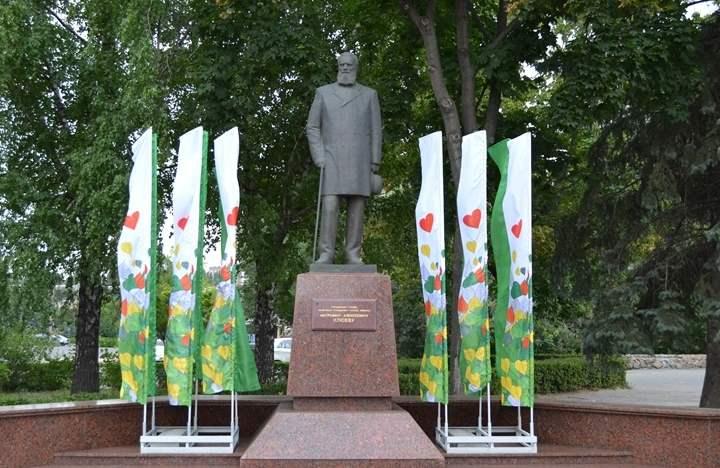 Многие горожане и гости города стараются сделать памятныефотос монументом почетного гражданина