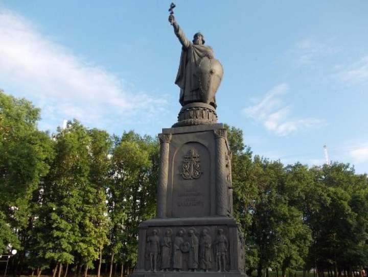 монумент расположен на Харьковской горе