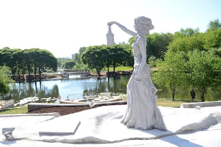 Памятник выполнен по мотивам одноименного произведения Александра Грина