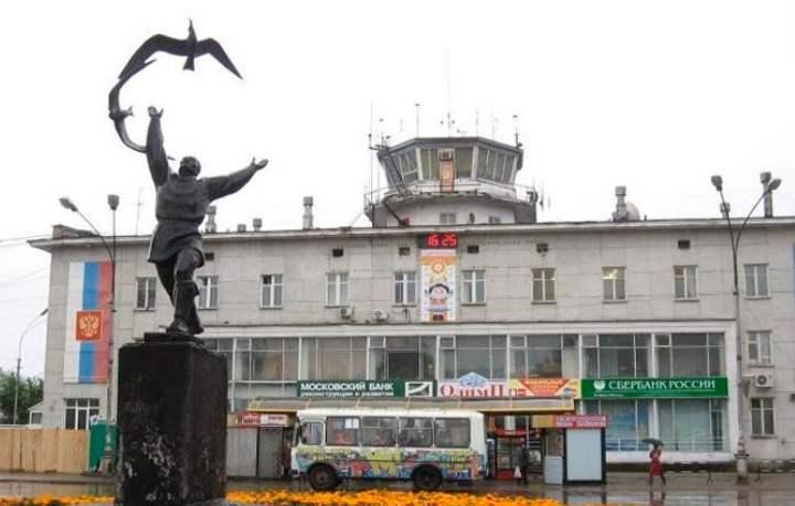 Перед зданием аэропорта