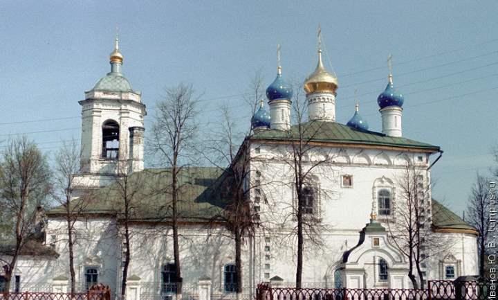 Дойти до собора можно от пушкинского парка по улице Першутова