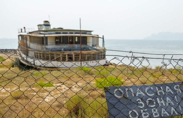 Заброшенный корабль привлекает туристов для винтажных фотоссесий.