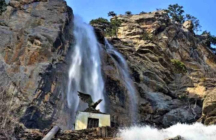 В переводе с крымско-татарского языка название водопада звучит, как – летящая вода.