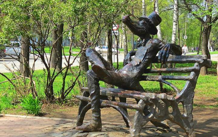Бронзовый памятник на скамейке