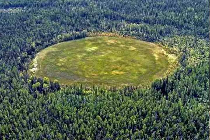 Чёртово кладбище представляет собой поляну с отверстием в центре, диаметром 250 метров
