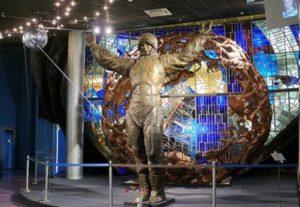 Скульптура космонавта