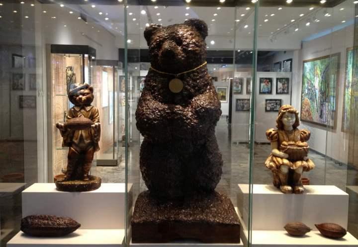 Огромный медведь из шоколада