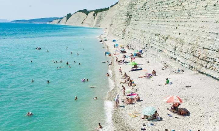 Вид красивого пляжа