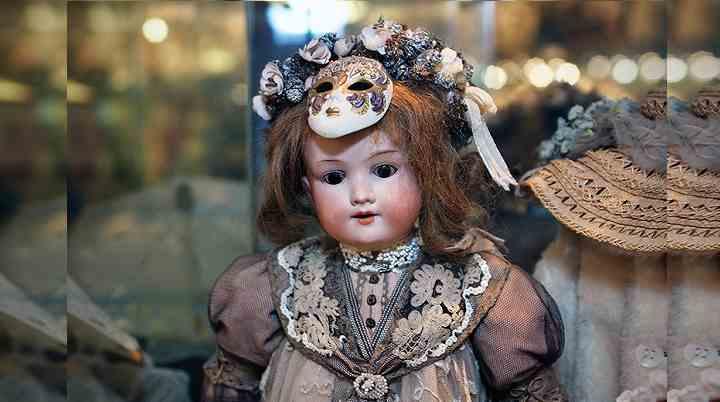 Старинная кукла музея