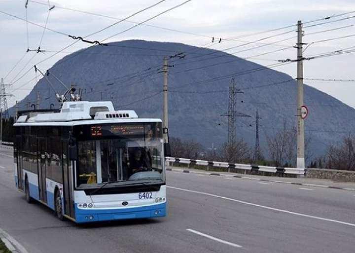 Своё движение троллейбус начинает от ж/д вокзала Симферополя по двум веткам.