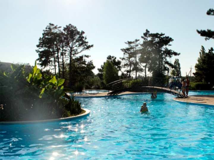 Здравница занимает 8 гектар парковой зоны в центре посёлка Кабардинка, вдоль береговой линии.