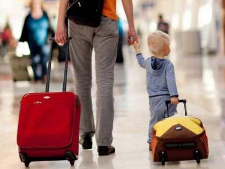 ребенок выезжает в другую страну с обоими родителями или с одним из них