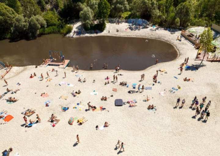 Стоимость входного билета на пляж «Белый колодец» - 400 рублей с человека