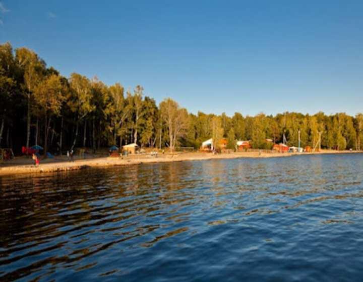 Озеро граничит с территорией трех районов Челябинской области - Аргаяшского, Карабашского и Кыштымского.