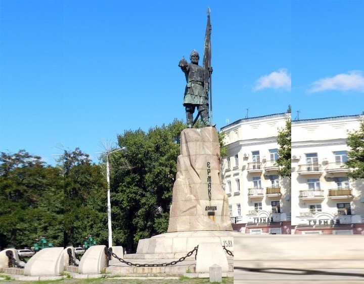 Памятник находится на площади Ермака.