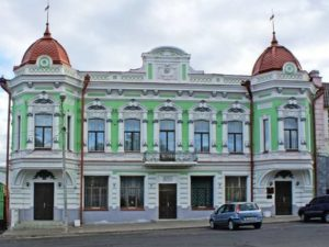Находится в Сарапуле, на улице Красной площадь