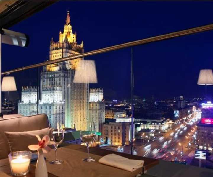 Интерьер ресторана от дизайнера Юна Мегре и выполнен в стиле фьюжн.