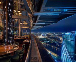 - оригинальная система окон, позволяющая им открываться на высоте 62-го этажа;