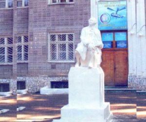 Установлен в честь великого учёного в 1962 году, у входа в здание авиационного института и техникума.