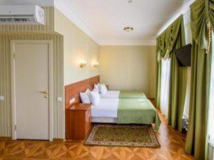 Расположена в Костроме ул.1 мая. Гостиница находится в центре города, на набережной реки Волга.