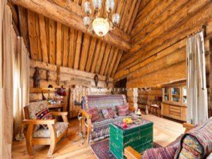 Для размещения отдыхающих имеется большое количество деревянных домиков построенных по древним технологиям