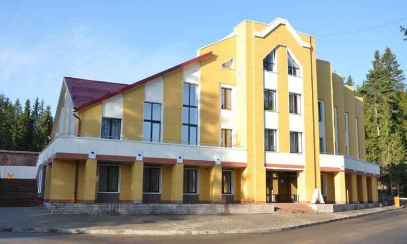 Находится в Валдайском районе Новгородской области, в селе Зимогорье