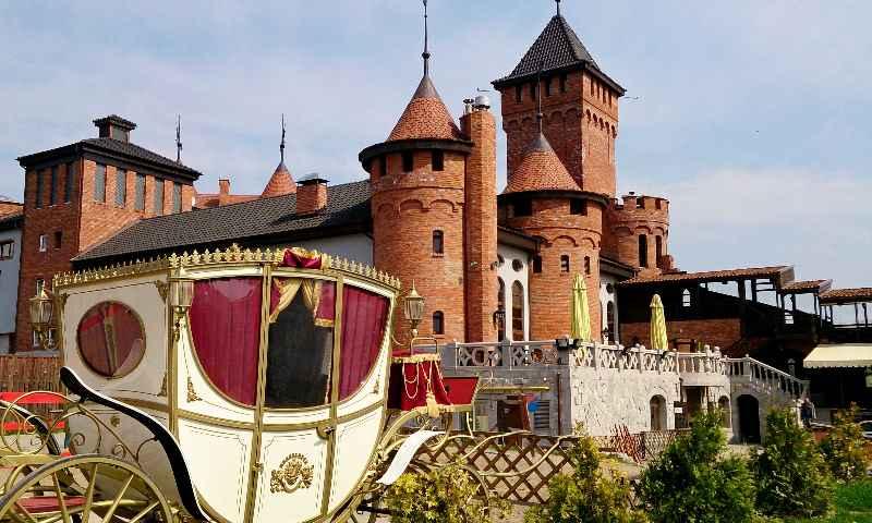 замок и карета